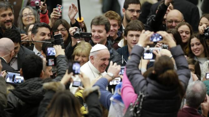 Pope Francis arrives to lead his weekly general audience in Paul VI hall at the Vatican January 7, 2015. REUTERS/Max Rossi (VATICAN - Tags: RELIGION)