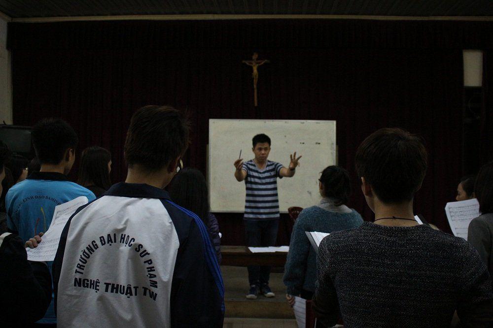 Buổi tập hát của nhóm tại hội trường nhà thờ Thái Hà - Giáo xứ Trung Thành