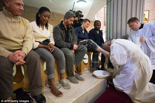273C117800000578-3024601-Kissing_prisoners_feet_Pope_Francis_performed_the_act_at_Rebibbi-a-66_1428069967450