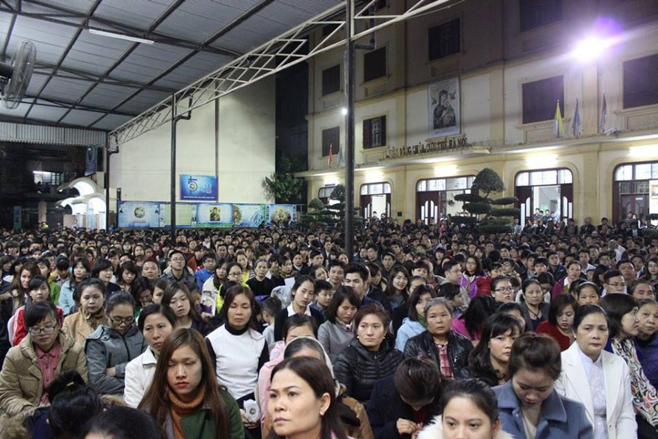 Hàng ngàn người đã đến tham dự nghi thức suy tôn Thánh Giá vào chiều tối thứ Sáu