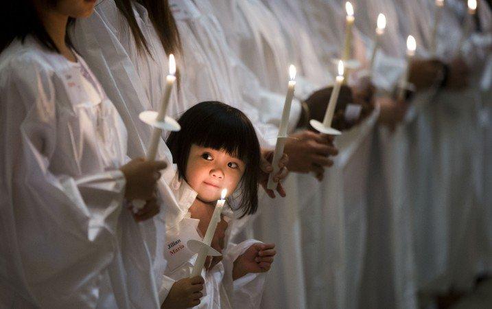 Bé-Jillian-Nguyen-người-Mỹ-gốc-Việt-đứng-với-các-bạn-khác-trong-lễ-rửa-tội-tại-nhà-thờ-thánh-Helen-ở-Philadelphia