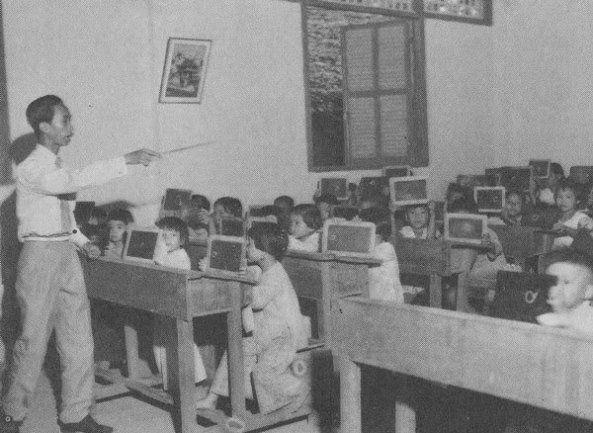 Một lớp học cấp tiểu học của Việt Nam Cộng Hòa trước 1975