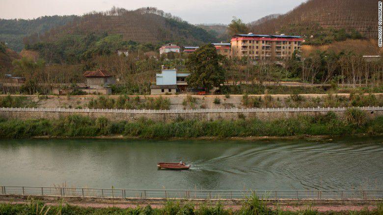 Dòng sông – điểm giao cắt giữa Việt Nam và Trung Quốc thuộc tỉnh Lào Cai là nơi mà bọn buôn người thường chở các nạn nhân vượt biên trái phép.