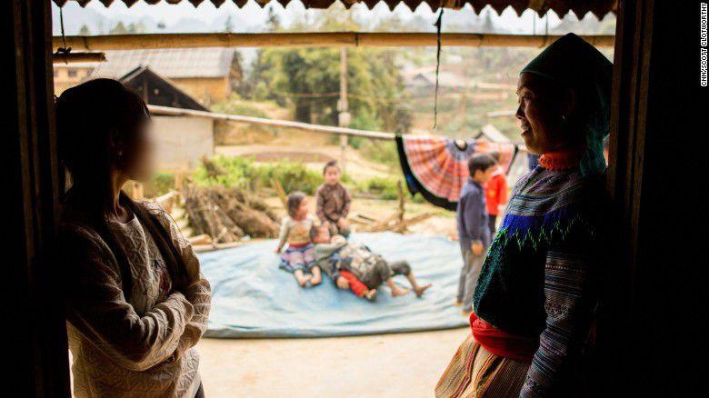 Cô gái (bên trái) đã trốn thoát khỏi Trung Quốc sau khi bị lừa đem đi bán. Cô trở về nhà với gia đình của mình.