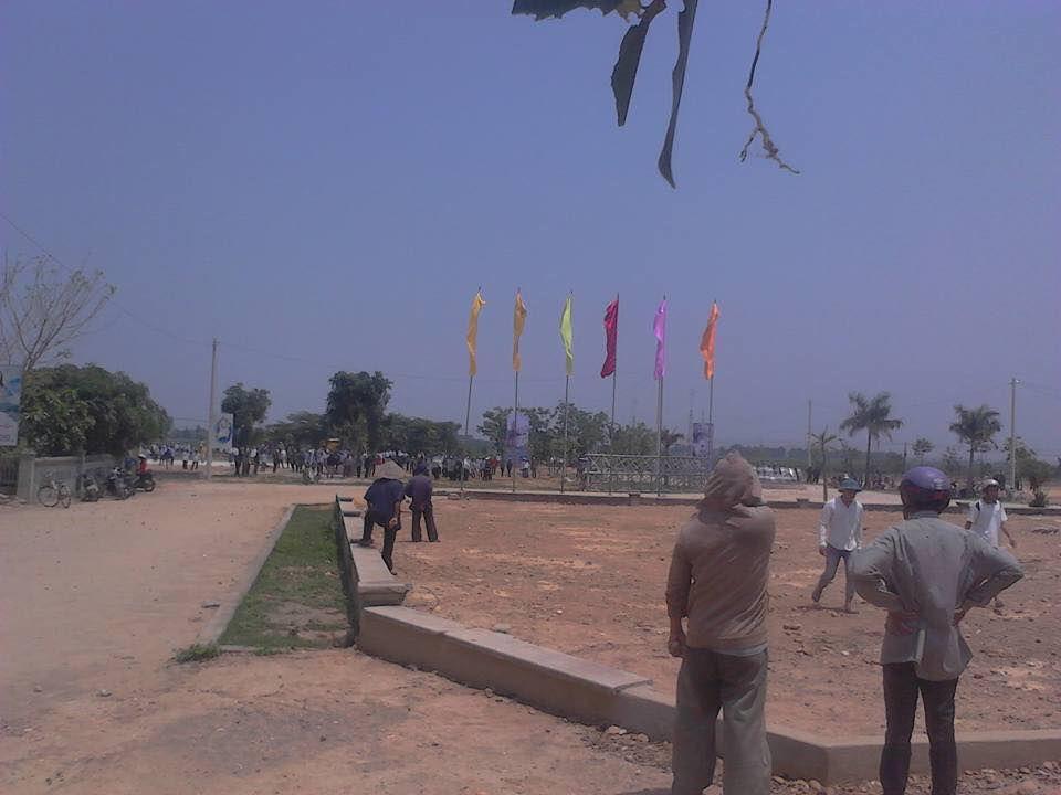 Các cột cờ Giáo xứ Hướng Phương dựng lên chuẩn bị cho ngày lễ sắp tới bị chính quyền ép phải phá bỏ