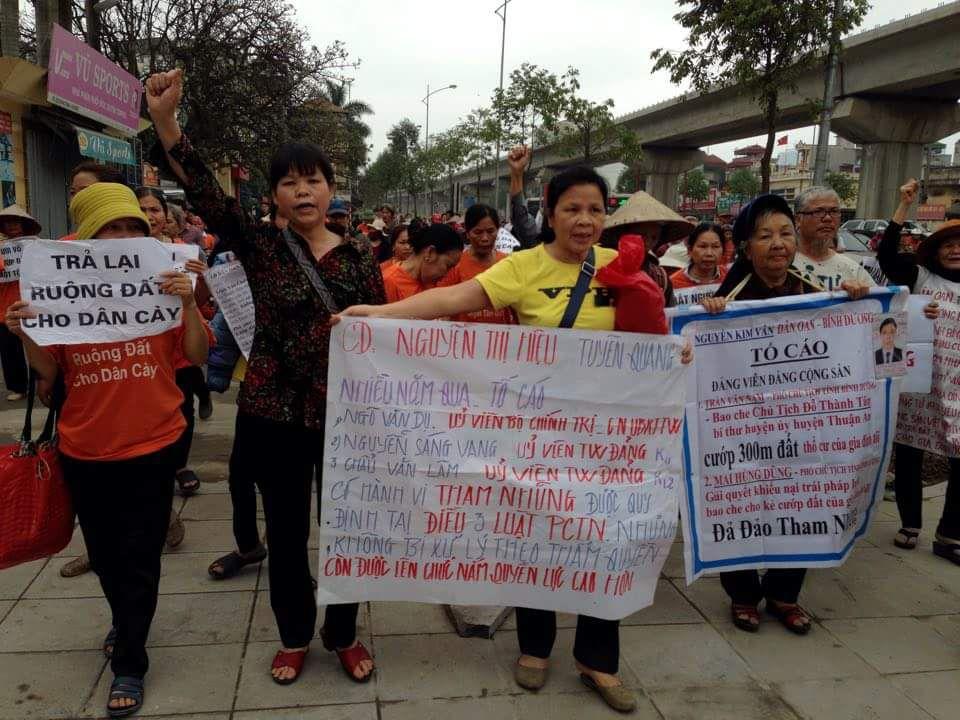 Dân oan xuống đường tại Hà Nội sáng nay. Bà Cấn Thị Thêu là người mặc áo hoa đen (giữa)