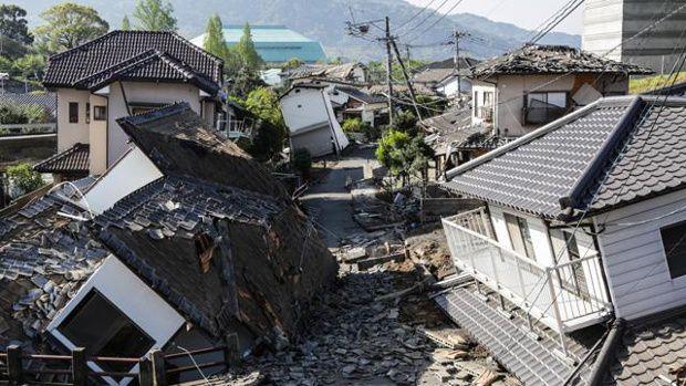 Lực lượng cữu hộ tiến hành tìm kiếm tại một căn nhà sập trong trận lở đất do động đất ở thị trấn Minamiaso, tỉnh Kumamoto (Reuters)