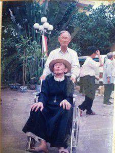 Thầy Giuse Võ Văn Tuệ bên cha Giuse Vũ Ngọc Bích. Ảnh được chụp khi thầy Tuệ mới ra Hà Nội năm 1994