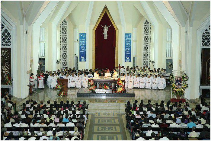 Giữa gian cung thánh nhà thờ Giáo xứ Đức Mẹ HCG Kỳ Đồng, Sài Gòn treo tượng Chúa Phục Sinh, phía trước bàn thờ đặt cây Thánh Giá với tượng Chúa Chịu Nạn.