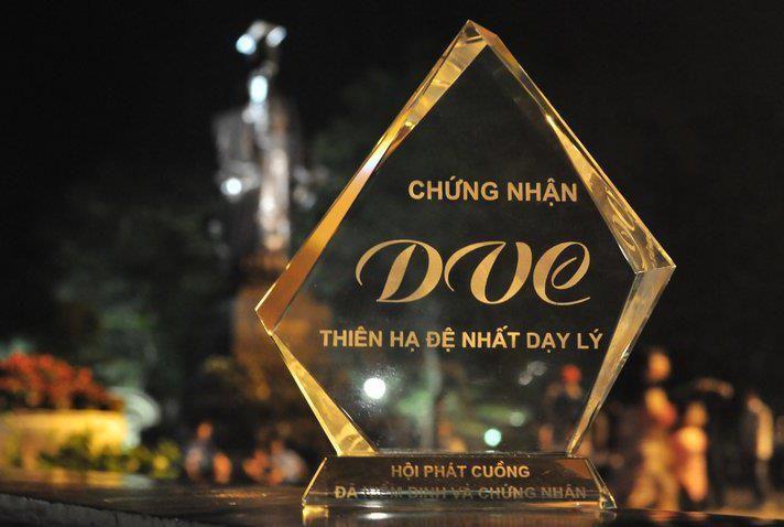 """Cúp """"Thiên hạ đệ nhất dạy Lý"""" dohội học sinh của thầy Đaminh Dương Văn Cẩn làm. Ảnh: Facebook."""