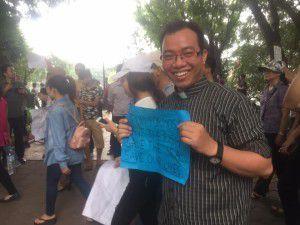 Cha Giuse Nguyễn Văn Toản xuống đường với người dân, sáng 01.05.2016