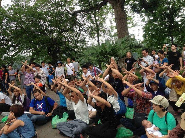Người dân Hà Nội tọa kháng tại Hồ Gươm trước khi bị bắt đem đi. (sáng 08.05.2016)