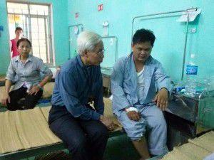 Đức cha Cosma Hoàng Văn Đạt đến bệnh viện thăm cha Giuse Nguyễn Văn Thế tại bệnh viện