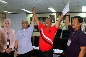 Vera Cruz (thứ hai từ phải sang)  chiến thắng trong việc chạy đua vào chức thị trưởng mới đây. Ảnh ucanews.com