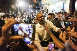 Giới trẻ Việt Nam chào đón ông Obama. Ông Obama được chào đón sau khi ăn bún chả tại quán trên phố Lê Văn Hưu, Hà Nội