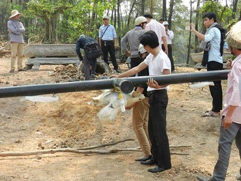 Các cán bộ xã Thủy Bằng, huyện Hương Thủy, tỉnh Thừa Thiên Huế ngang nhiên xông thẳng vào nội vi Đan viện Thiên An xúc phạm Thánh Giá vào ngày 20.06.2016.