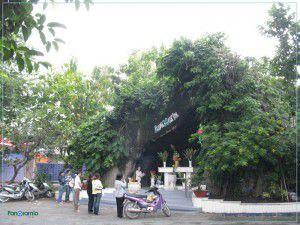Hang đá Đức Mẹ trong sân nhà thờ Đức Mẹ Hằng Cứu Giúp Kỳ Đồng, Sài Gòn
