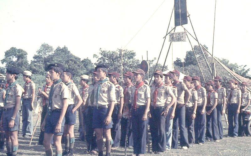 """Hướng đạo sinh thuộc Đạo Hướng đạo Đắc Lắc tại Trại Hợp bạn Quốc gia """"Tự Lực"""" ở Tam Bình, Thủ Đức vào lễ Giáng sinh năm 1974. Ảnh: Wikipedia"""