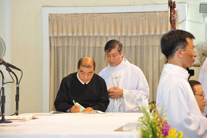 Thầy Giuse Nguyễn Văn Được ký vào sổ khấn