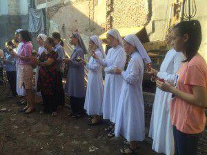 Quý soeurs Dòng Thánh Phaolô Hà Nội và giáo dân ra khu vực đất bị chiếm dụng cầu nguyện. Ảnh chụp sáng 25.7.2016