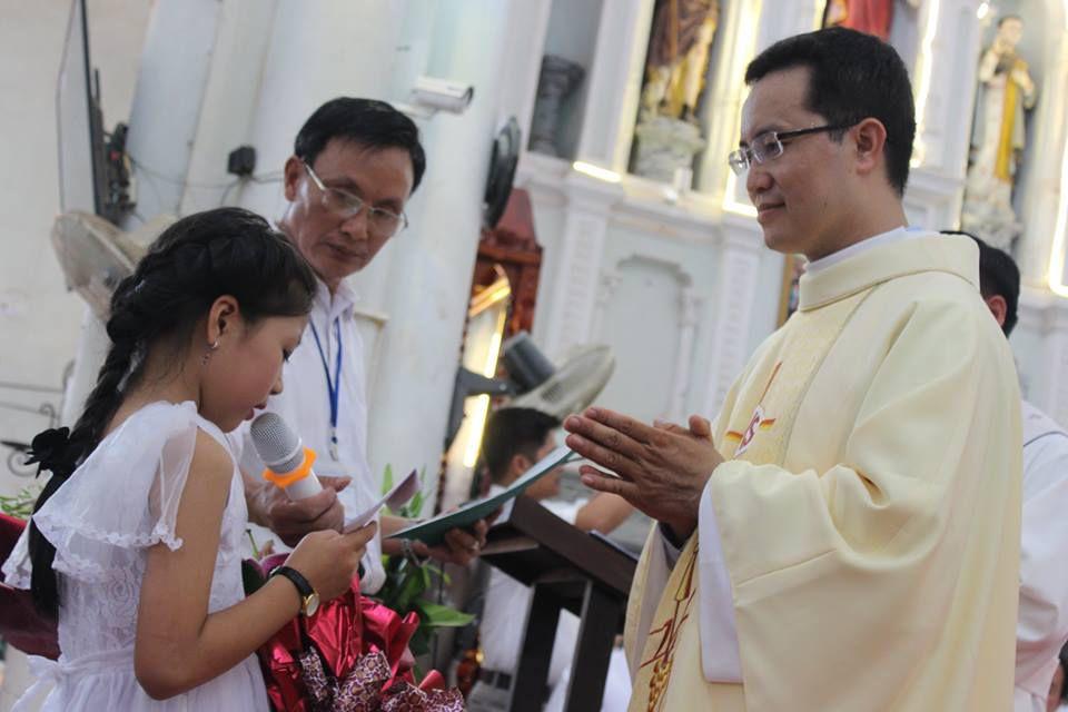 Tân linh mục Phêrô Đặng Đình Thà dâng thánh lễ tạ ơn tại Gx. Đại Ơn, Tổng Giáo phận Hà Nội, sáng 11.7.2016