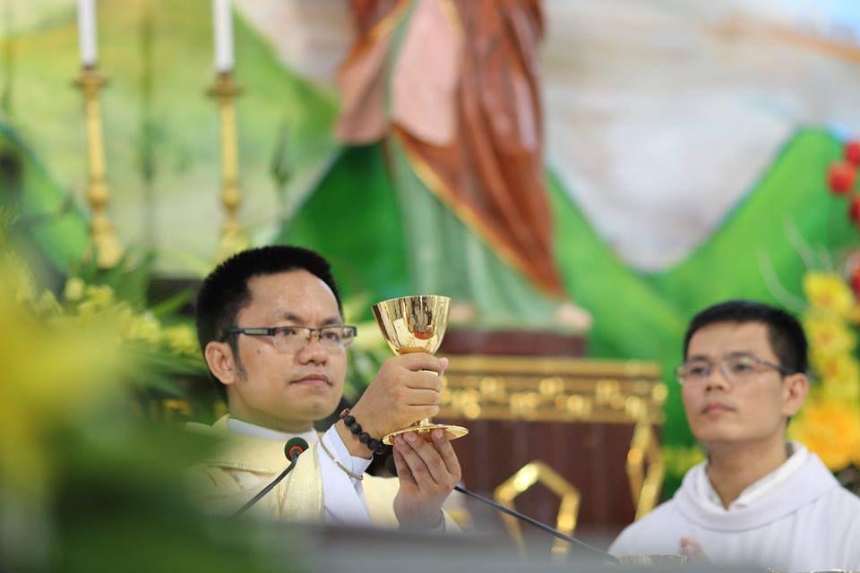 Tân linh mục Giuse Nguyễn Văn Tuân dâng lễ tạ ơn tại Gx. Tam Châu, Giáo phận Phát Diệm, sáng 14.7.2016