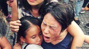 Bà Hoàng Mỹ Uyên ôm con gái trong vụ xô xát giữa lực lượng an ninh Việt Nam với người biểu tình hôm 8/5 ở Sài Gòn. Ảnh google