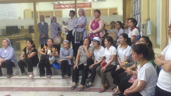 Quý soeurs và bà con giáo dân trước Sở Tài Nguyên Môi Trường