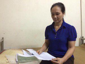 Chị Nguyễn Thị Mai với tập hồ sơ đem đi kêu oan khiếu kiện