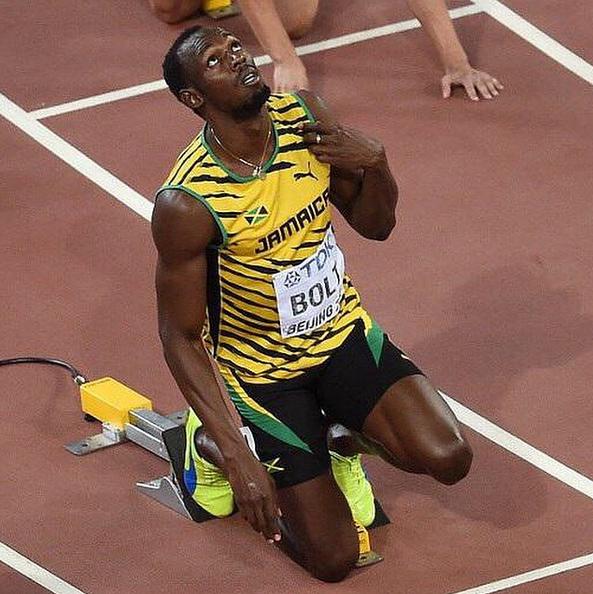 Usain Bolt ngước nhìn lên trời làm dấu thánh giá trước khi khởi tranh