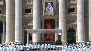 Quang cảnh quảng trường thánh Phêrô trong ngày lễ tuyên thánh cho Mẹ Têrêsa Calcutta