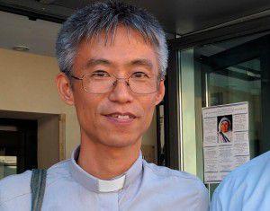 Ảnh: Cha Phanxicô Akihiro tại phòng trưng bày. (CNS)