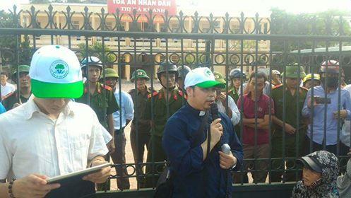Linh mục Antôn Đặng Hữu Nam, chánh xứ Phú Yên, Nghệ An trao đổi với bà con trước tòa án thị xã Kỳ Anh, Hà Tĩnh