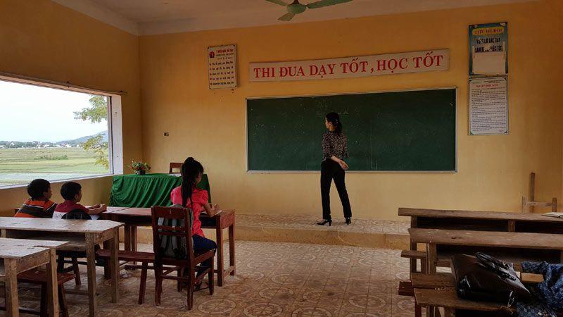 Lớp học tại Trường THCS Hà Hải chỉ có 3 em học sinh cùng cô giáo đang đứng lớp. Ảnh vietnamnet.vn