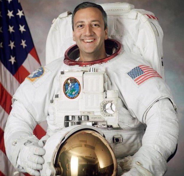 """Du hành gia Mike Massimino nói: """"Chiêm ngưỡng vẻ đẹp của Trái đất từ boong tàu vũ trụ, tôi thấy được tình yêu cao cả mà Thiên Chúa dành cho con người"""". Ảnh: CNS."""