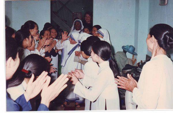 Mẹ Têrêsa thăm chị em lần đầu tiên vào ngày 5 tháng 10 năm 1993.