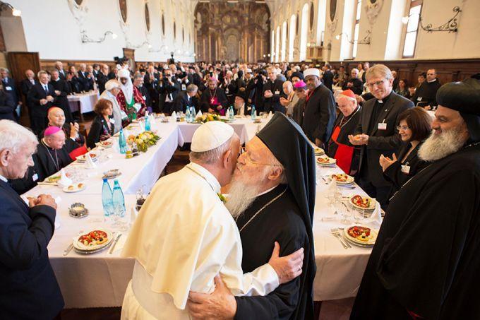 Đức Thánh Cha Phanxicô chào đón Đức Batholome, thượng phụ Constantinople trong ngày cầu nguyện cho hòa bình thế giới tại Assisi, ngày 20.09.2016