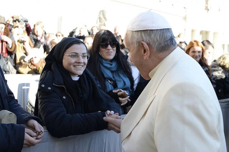 Đức Thánh cha Phanxicô bắt tay sơ Cristina tại Vatican trong buổi tiếp kiến chung 10/12/2014. Ảnh: /L'Osservatore Romano, Reuters.