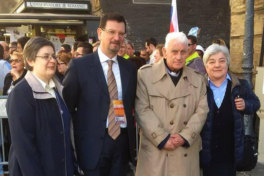 Cha Simoni (thứ hai từ bên phải) chụp ảnh lưu niệm tại trong buổi hành hương tại Vatican. Ảnh: Aleteia
