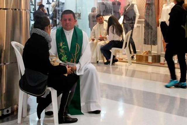 xcolombian_confess_a_thon_at_a_bogota_mall_credit_colombian_bishops_conference_cna-jpgqw640-pagespeed-ic-ztyck6zl1a
