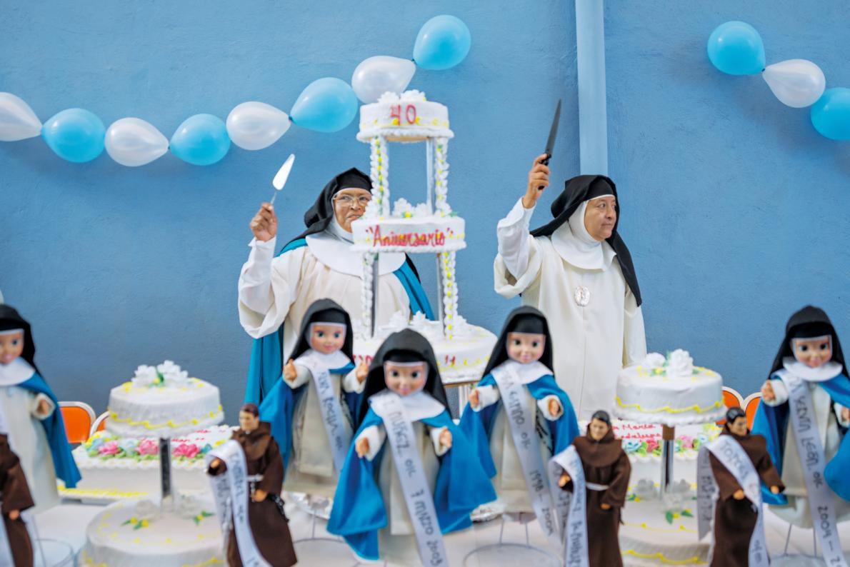 04-nuns-at-dessert-table-adapt-1190-1