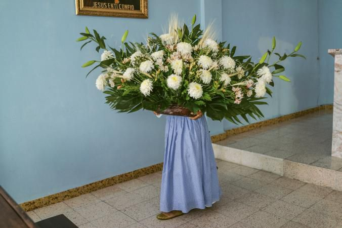 05-decorating-altar-with-flowers-ngsversion-1476200706821-adapt-676-1