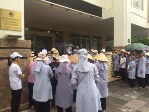 Quý soeurs Dòng Thánh Phaolô Hà Nội cùng bà con giáo dân đứng trước cổng UBND Quận Hoàn Kiếm, Hà Nội yêu cầu dừng thi công trên mảnh đất số 5 Quang Trung