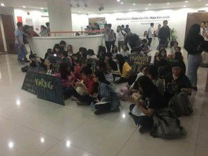 Vào chiều ngày 11 tháng 11 năm 2016, một nhóm sinh viên trường Đại học Hoa Sen ở quận 1, Sài Gòn đã mang nhiều biểu ngữ để biểu tình phản đối quyết định của Uỷ ban nhân dân (UBND) TPHCM, về việc công nhận hội đồng quản trị (HĐQT) mới của Trường Hoa Sen.
