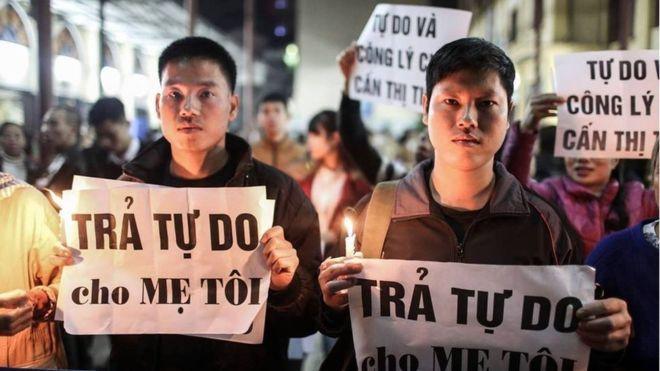 Hai người con của bà Cấn Thị Thêu cầu nguyện cho mẹ của mình tại nhà thờ Thái Hà