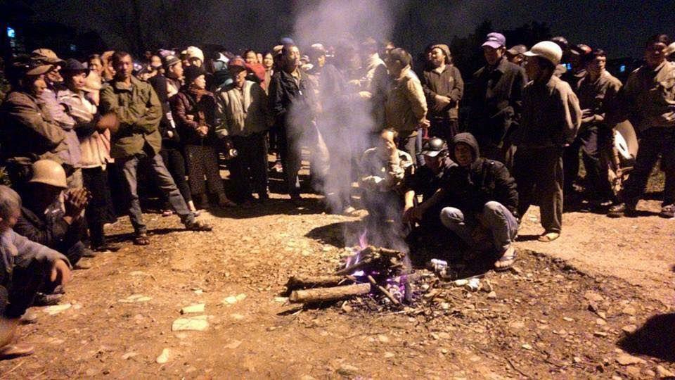 Thời tiết Đà Lạt lạnh, bà con đốt lửa sưởi ấm canh giữ đất