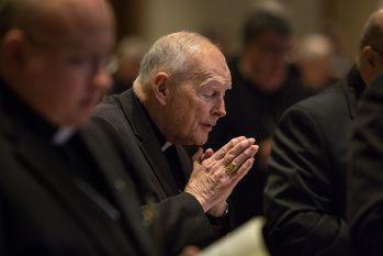 ĐHY Theodore E. McCarrick tham dự giờ Kinh Sáng tại Hội nghị giám mục Hoa Kỳ tại St. Louis. Ảnh: CNS/Lisa Johnston