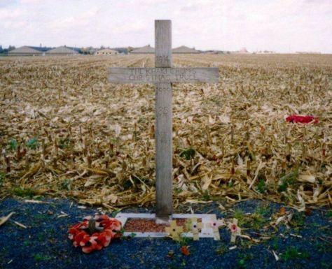 """Một thập tự giá, dựng gần Ypres ở Bỉ năm 1999, để đánh dấu cuộc hưu chiến Giáng Sinh năm 1914. Dòng chữ ghi: """"1914 – Hưu Chiến Giáng Sinh Của Đám Bạn Ka-ki – 1999 – 85 năm – Để chúng ta không quên"""""""