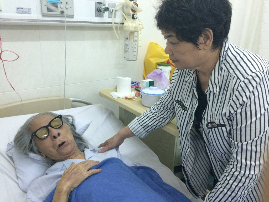 Bà Ái, phu nhân Nhạc sĩ Phanxicô Tô Hải chăm sóc ông từng giờ, từng ngày tại bệnh viện với mong ước ông luôn bình an của Chúa trong những cơn đau đớn của bệnh tật.