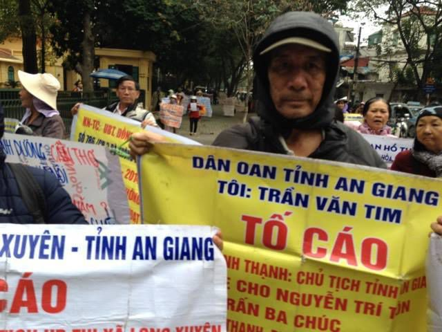 Hình ảnh dân oan xuống đường tại Hà Nội hôm 16/01/2017. Ảnh fb: Dũng Mai